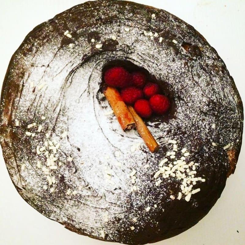 Panettone ripieno di ricotta e cioccolato con cannella e lamponi