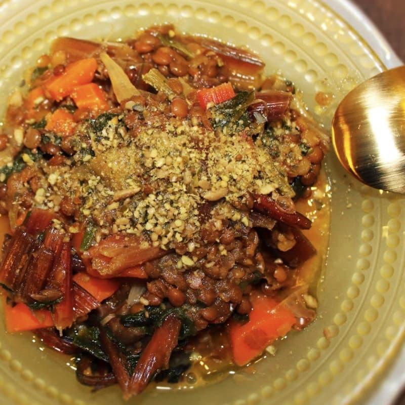 Lentejas, verduras de colores mezclados y costas