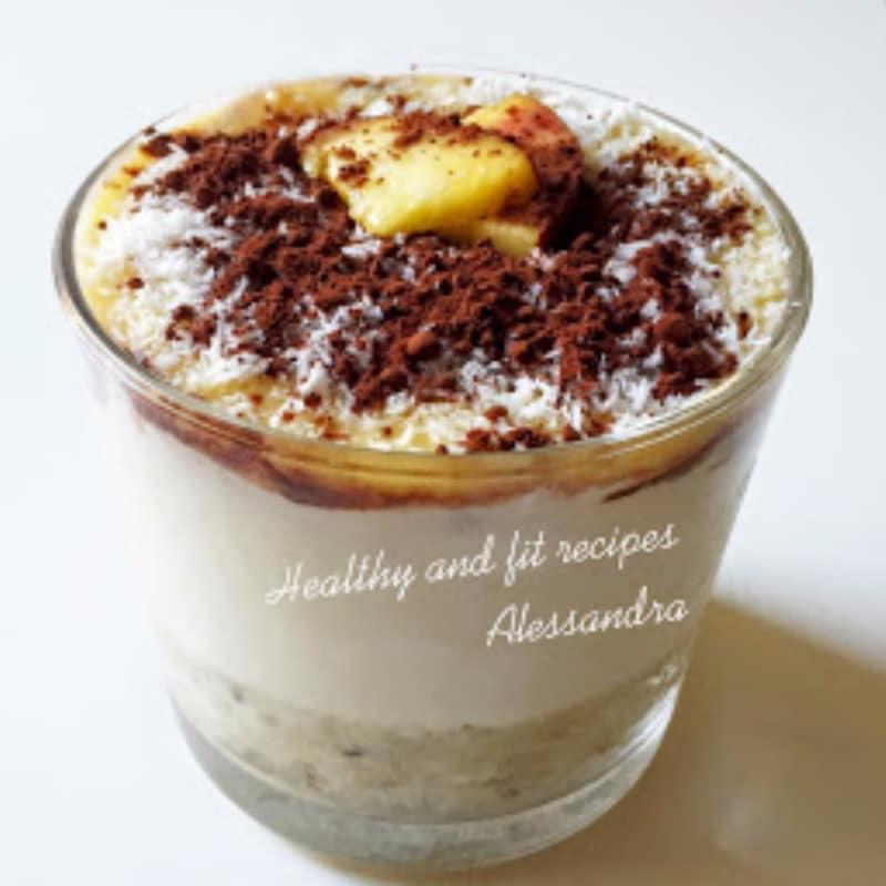 Dolce capas con melocotón, cacao, miel y coco