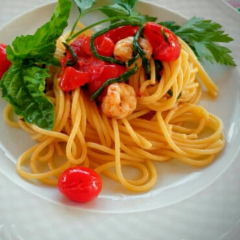 Spaghetti with prawns and sea asparagus