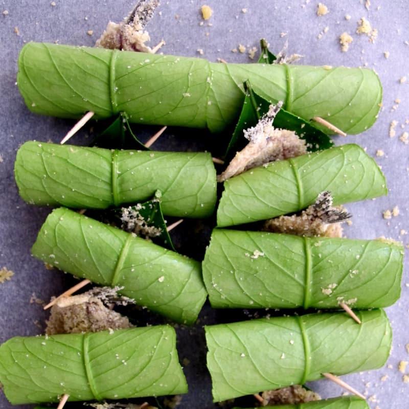 Las anchoas rodadas en hojas de limón
