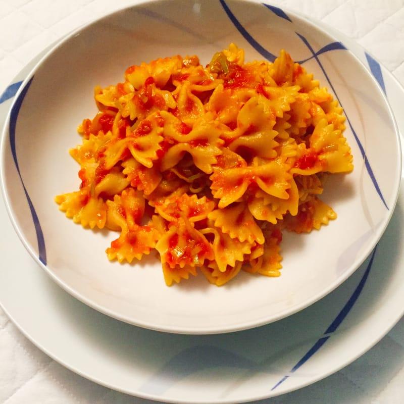Mariposas con salsa de tomate y puerro