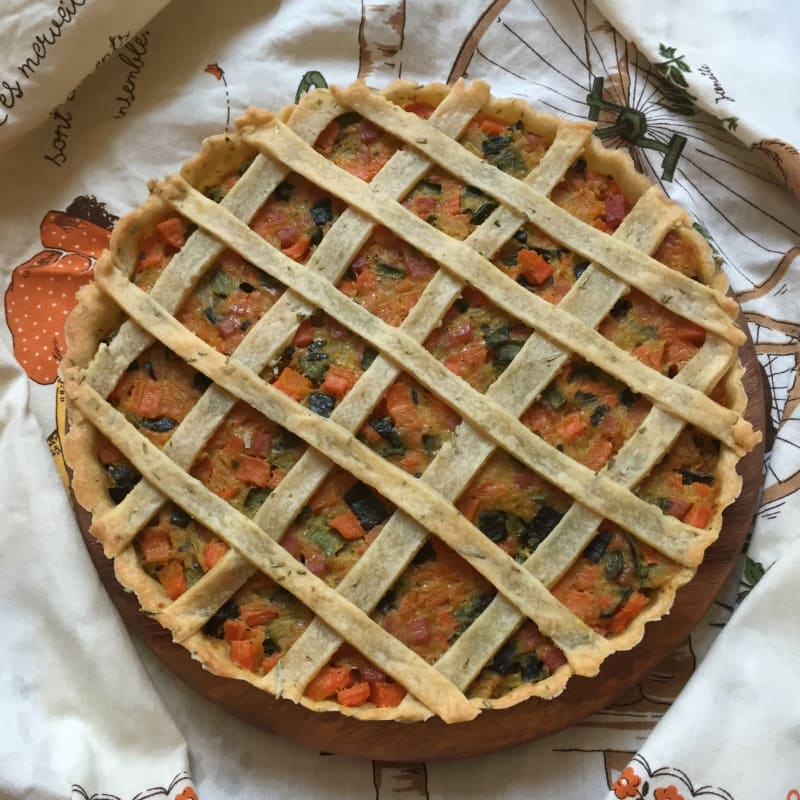 Quiche with zucchini, carrots and bacon