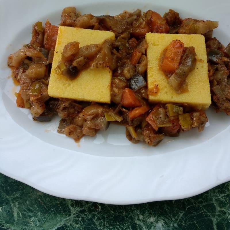 Polenta con salsa de berenjena