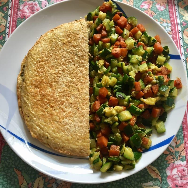 Crepe salada claras de huevo con cubos de verduras