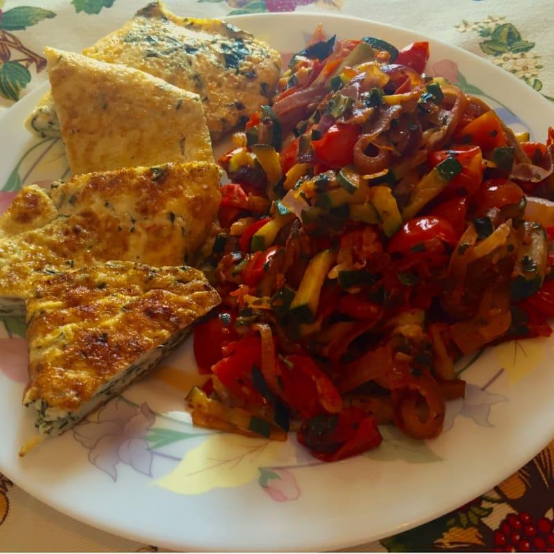 tortilla de huevo con guarnición de albahaca mediterráneo