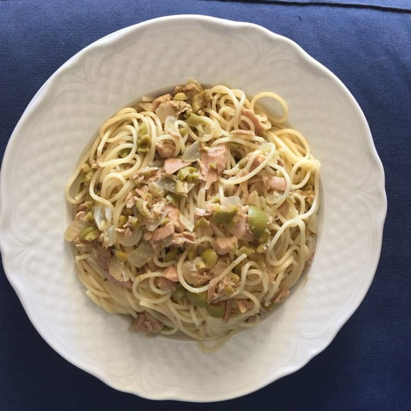 Spaghetti with tuna, olives and onions