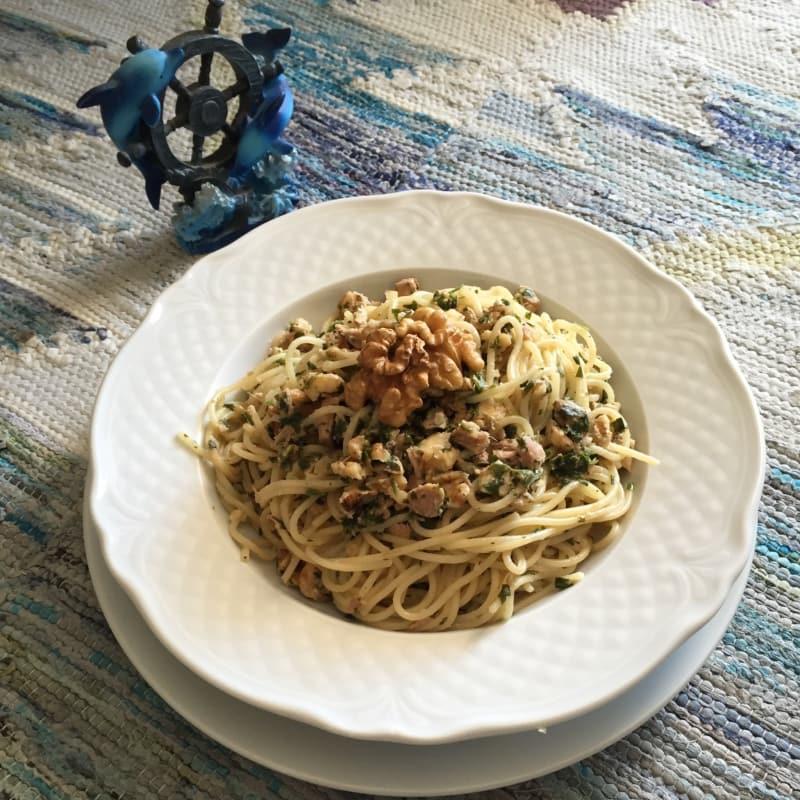 Espaguetis con sabor a marisco con nueces