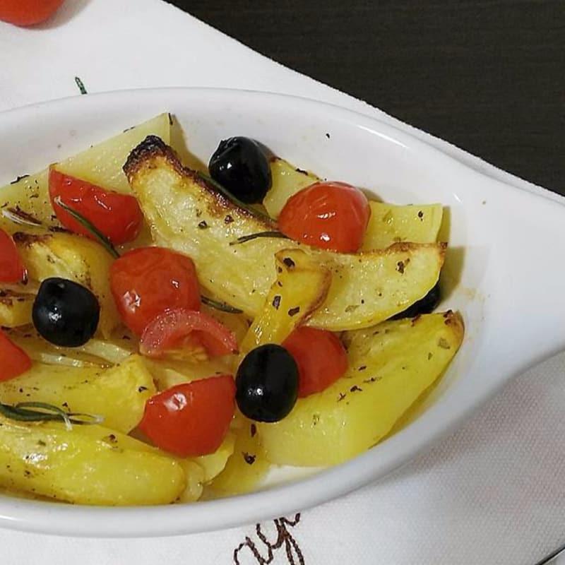 Patatas cocidas al horno tomates cherry y aceitunas