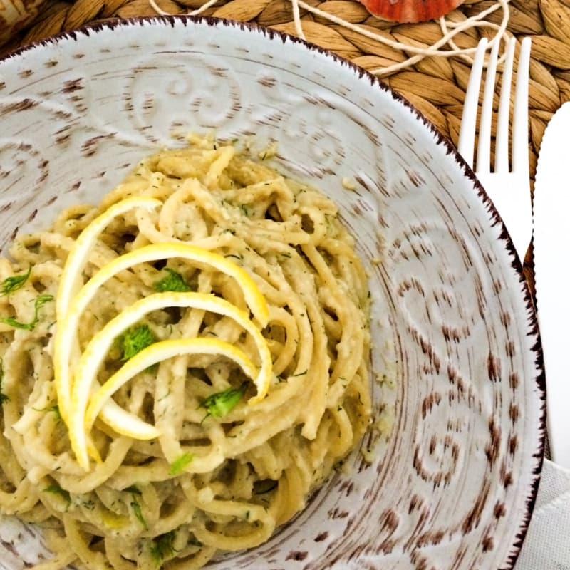 Spaghetti al pesto di sgombro, limone, mandorle e barba di finocchio