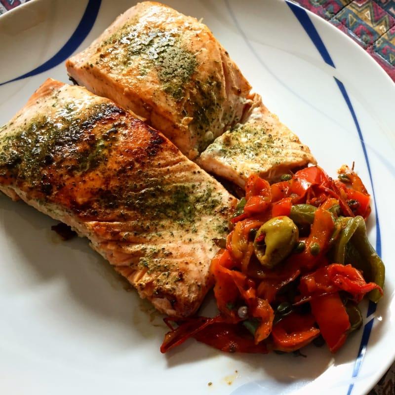 filetes de salmón con pimientos sabrosas