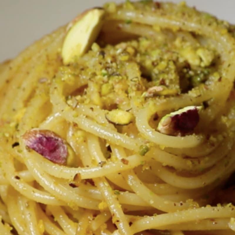 Pasta con pistachos picados