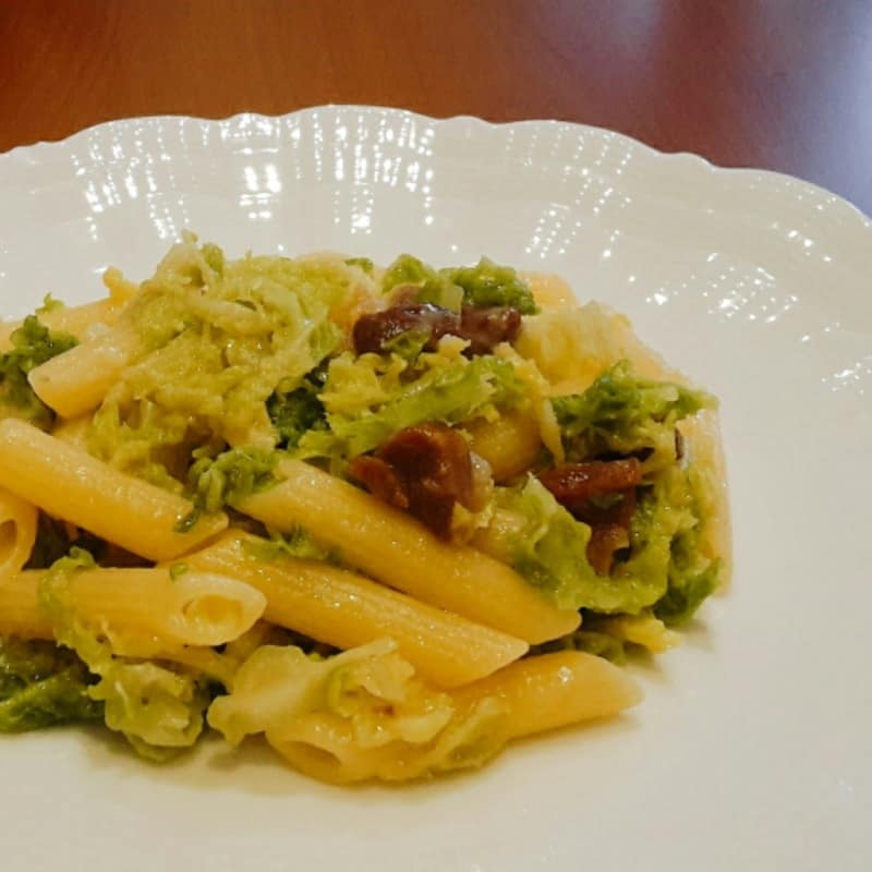 Pennese with cabbage and ham