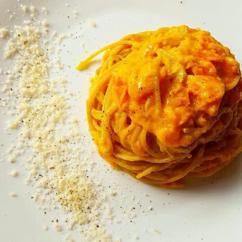 espaguetis integrales con crema de zanahoria y queso gorgonzola