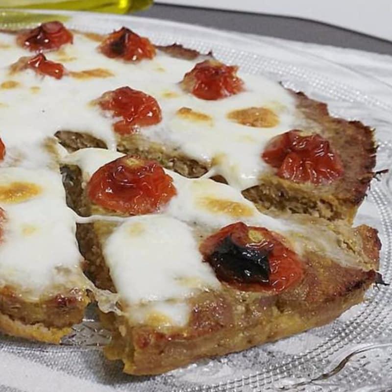 Pizza de la carne con tomate y mozzarella