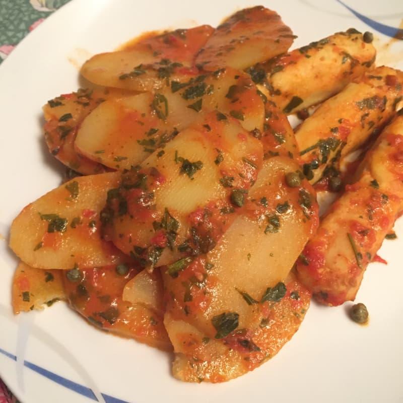 bacalao Trancetti con salsa de tomate y alcaparras con patatas