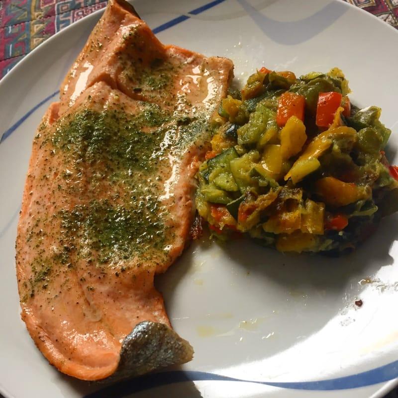 Trucha arco iris filete de salmón con calabacín y pimientos