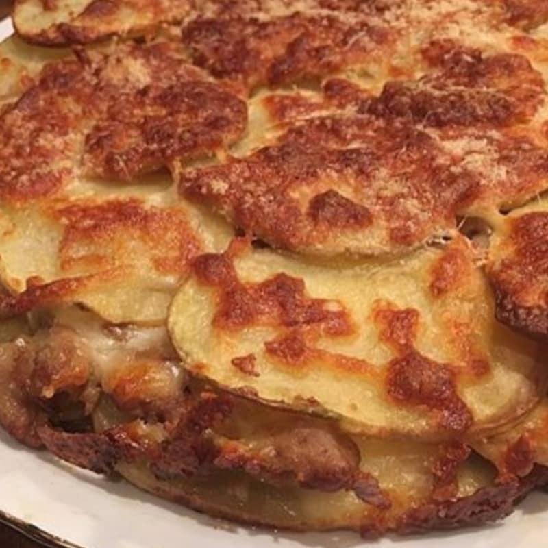 salchichas pastel de queso y patatas