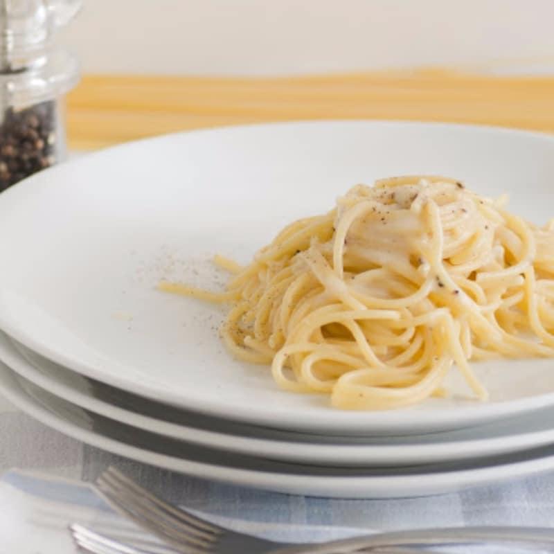 Espaguetis con queso y pimienta