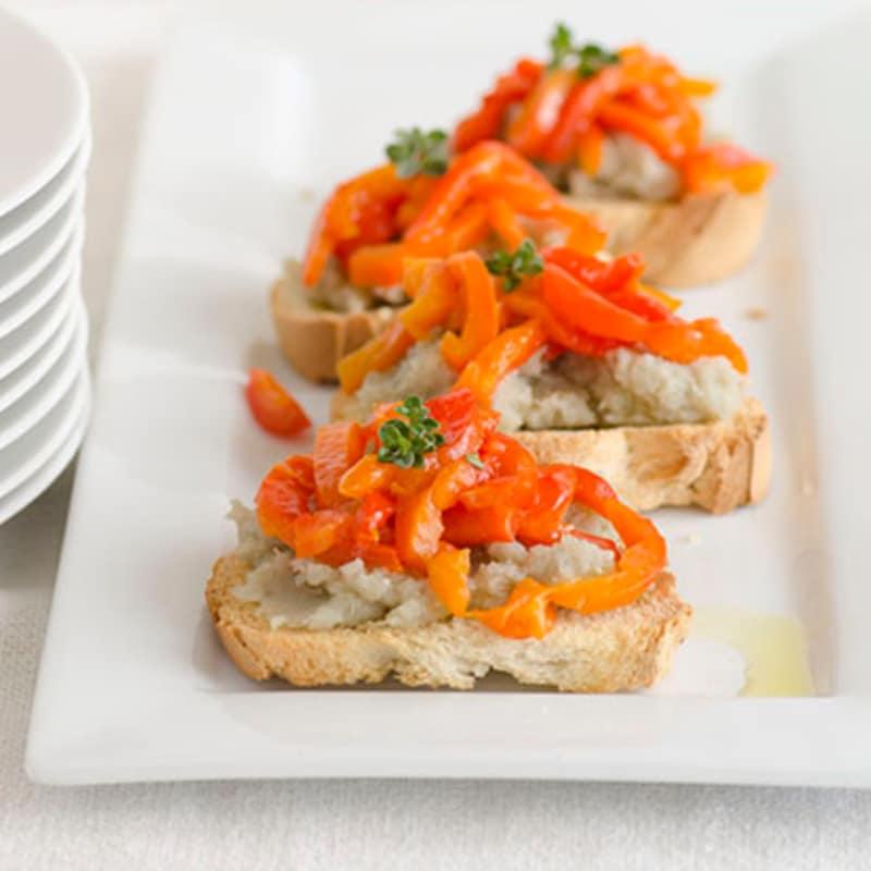 Crostini con puré de batatas y pimienta roja
