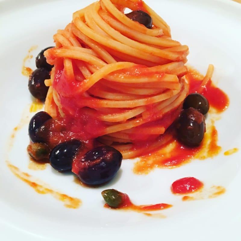 cuadrados espagueti, aceitunas y alcaparras