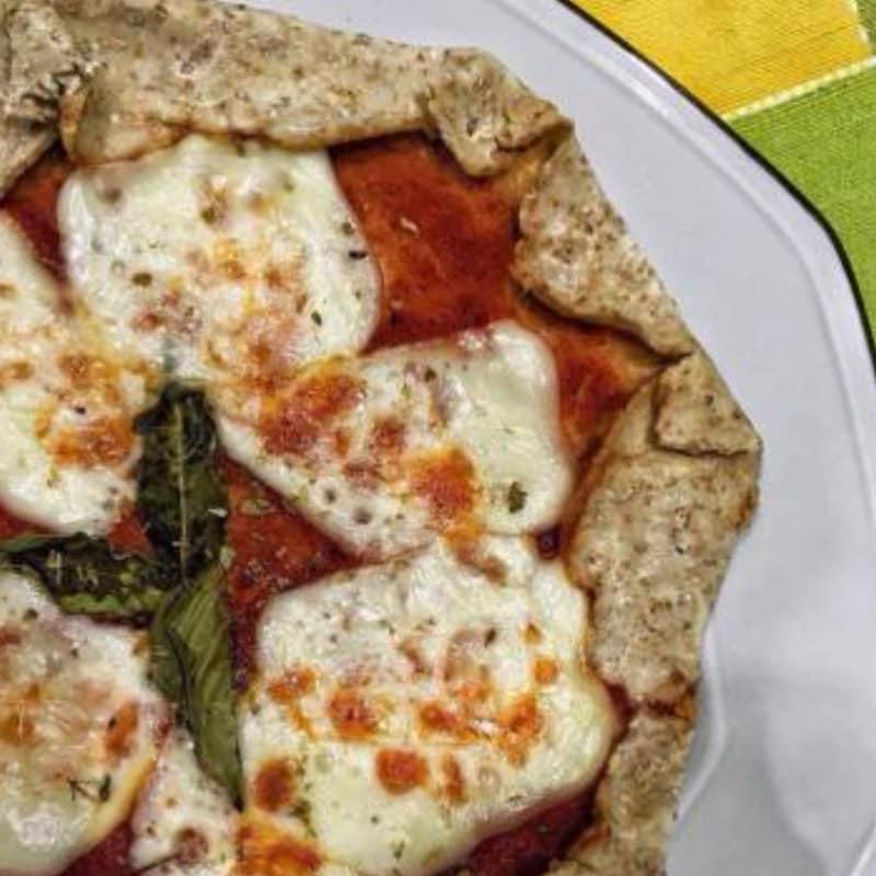 pizza margherita en la sartén