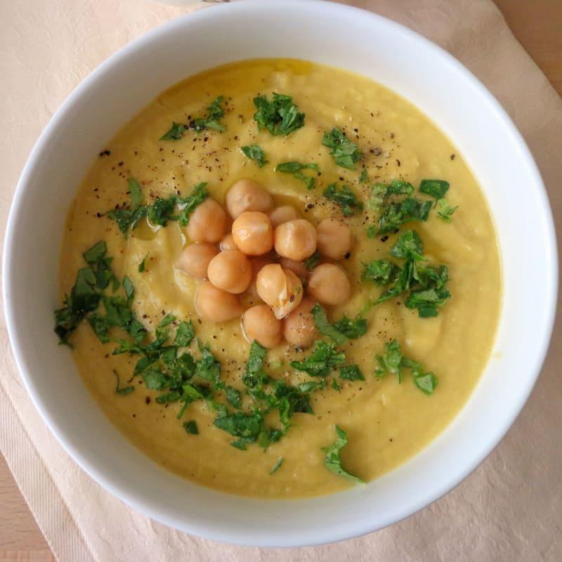 sopa de alcachofa de Jerusalén con garbanzos