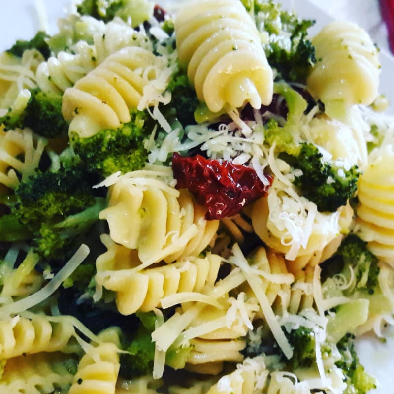 Pasta con brócoli y tomates secos