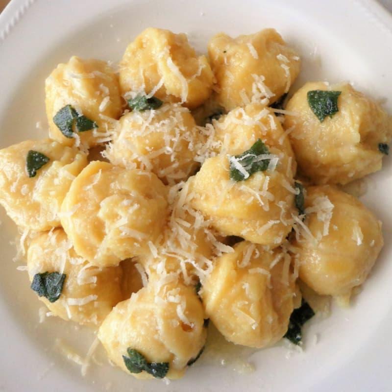 gnocchi de garbanzos con mantequilla y salvia