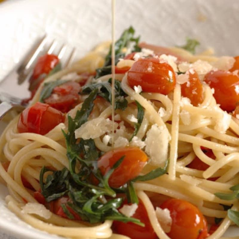 Espaguetis, rúcula, tomates cherry y chile