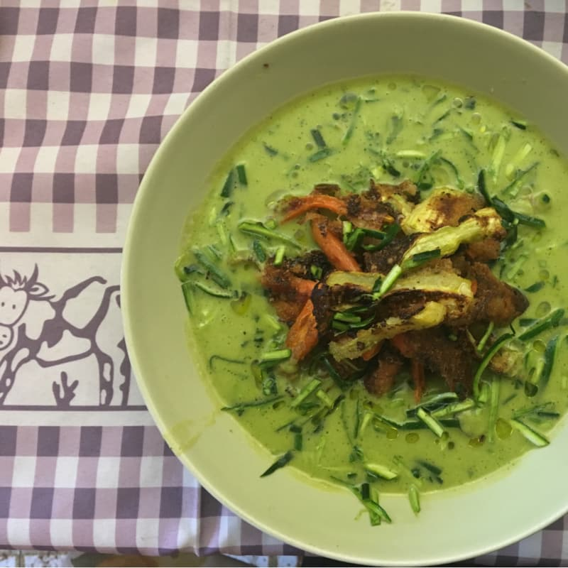 verduras crujientes guisantes y agua calabacín
