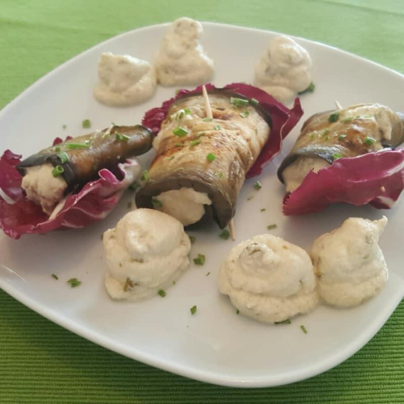 Rollos de berenjena con queso de cajú con aceitunas