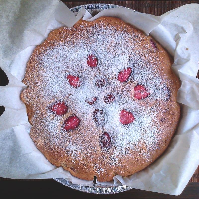 de coco suave y pastel de fresas