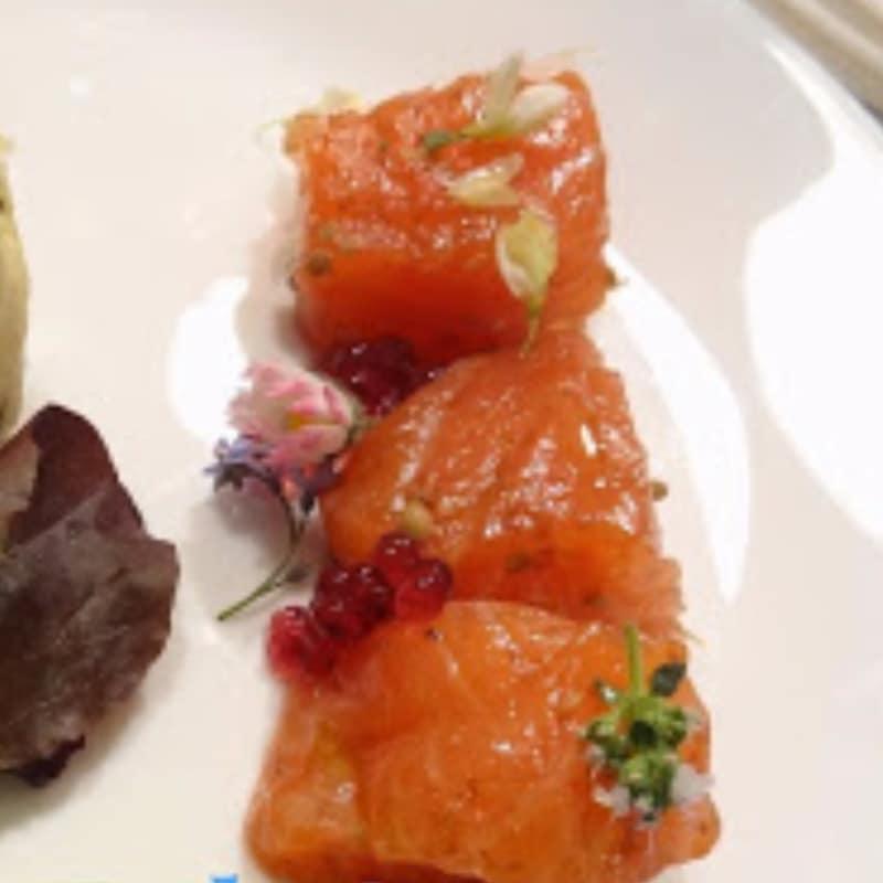 salmón marinado y flores