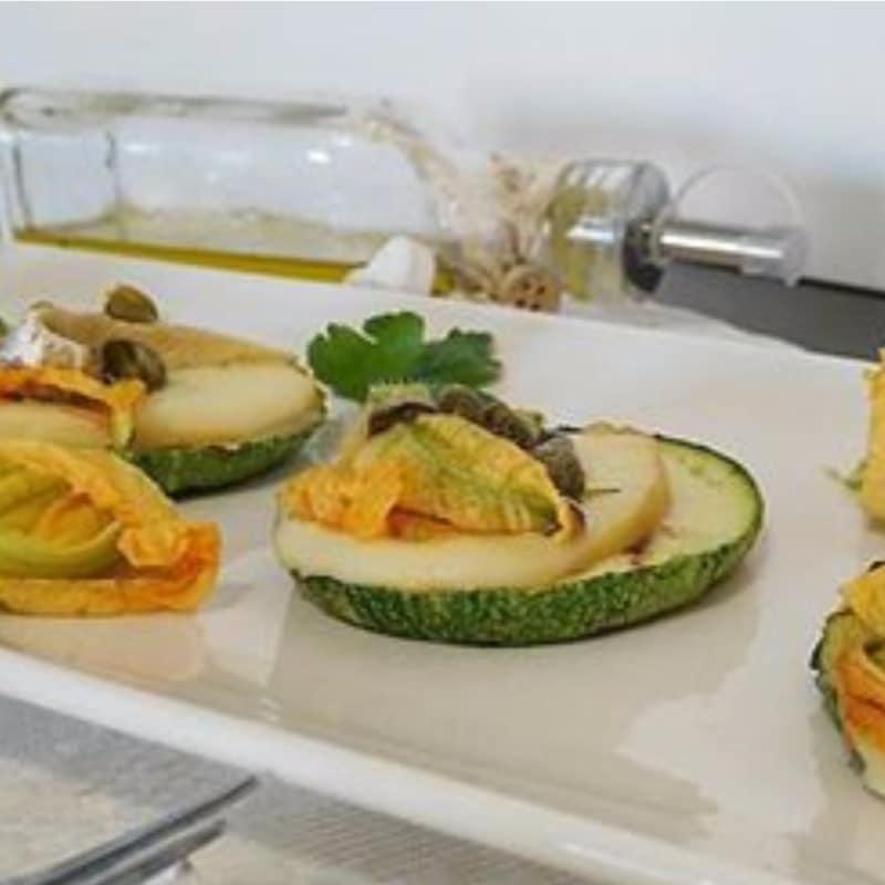 Pizzette di zucchine con alici e capperi
