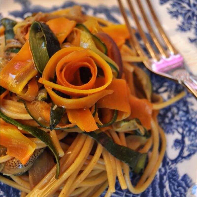 espaguetis de trigo integral con tiras de verduras