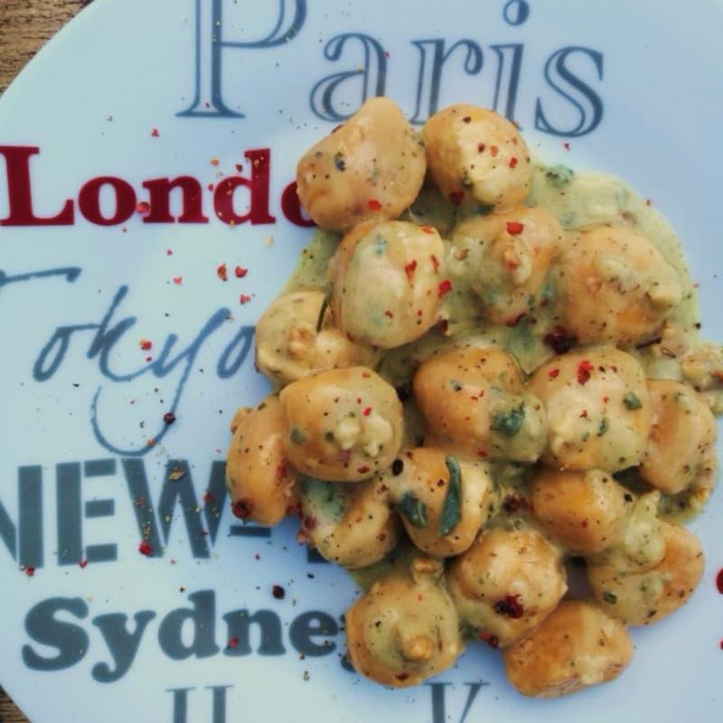 Gnocchi di ricotta e carote con crema di noci, salvia e roquefort