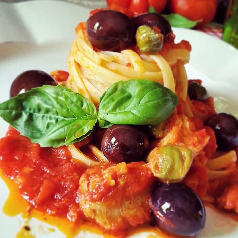 Linguini, atún, alcaparras y aceitunas