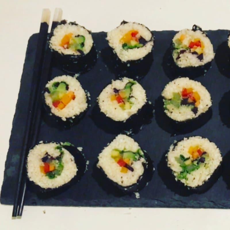 Sushi vegetariana de alimentos crudos