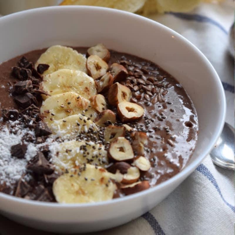 Blender chia semillas, plátano y cacao con leche de almendras
