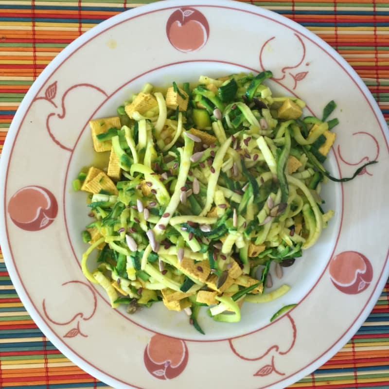 con tofu y azafrán calabacín espagueti