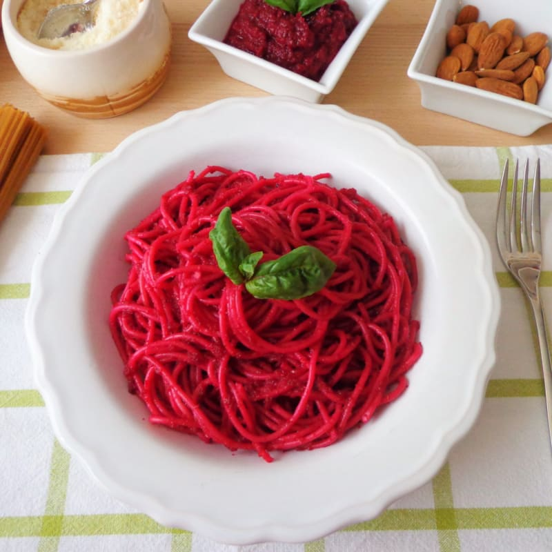Spaghetti con pesto di barbabietole