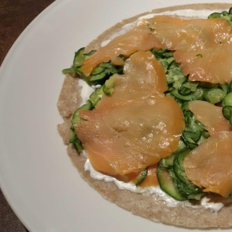 Crepe integral con salmón y calabacín