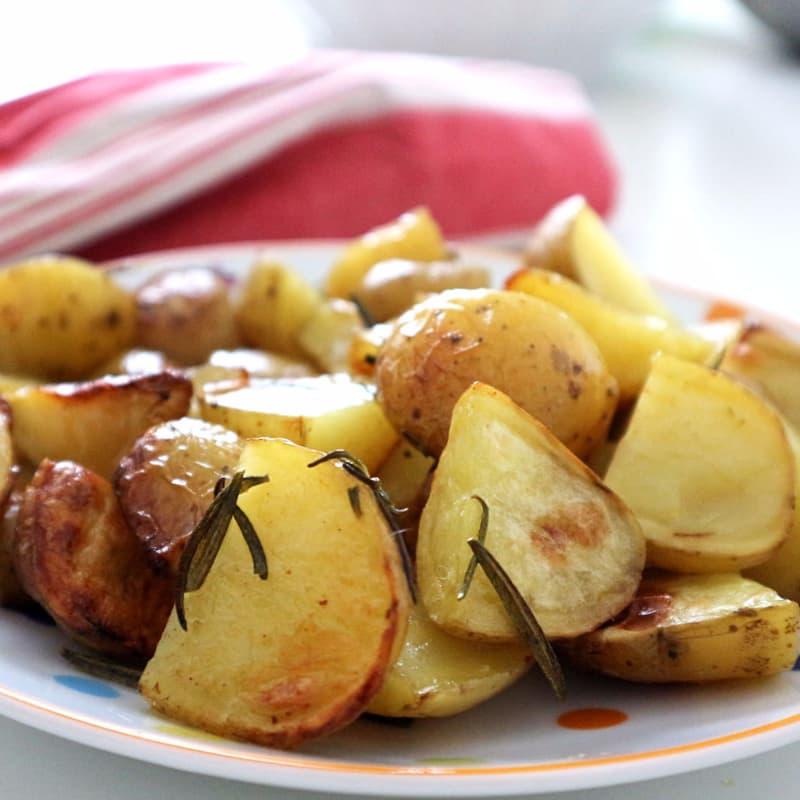 Nuevas patatas asadas con ajo y romero