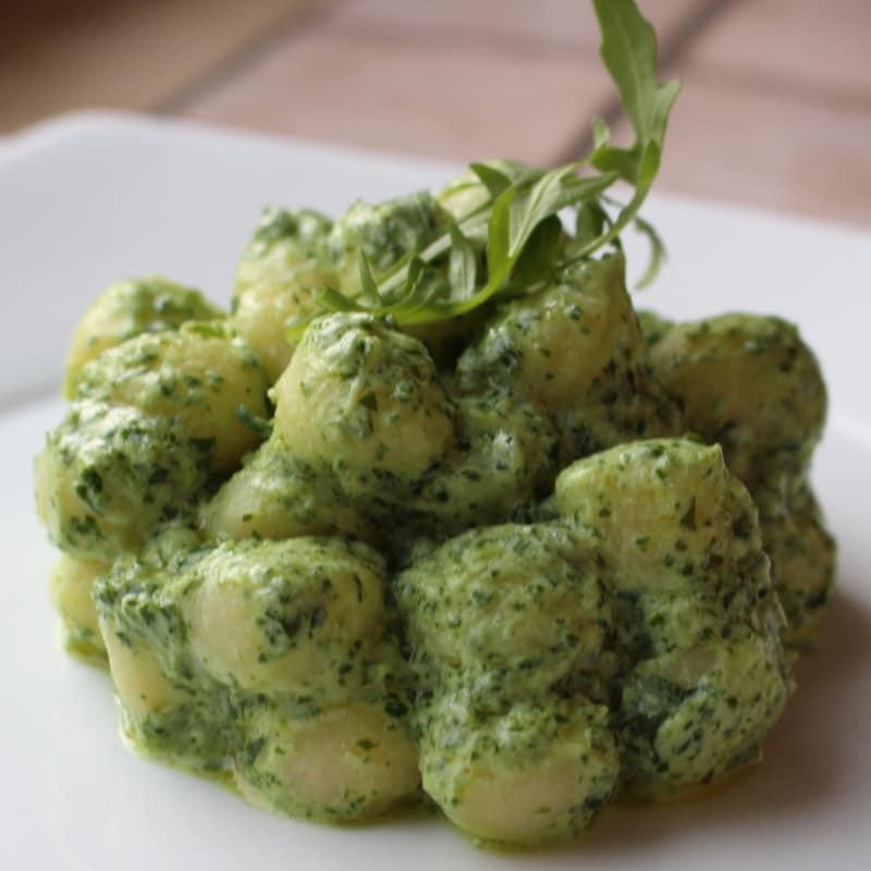 Gnocchi con pesto de rúcula y queso ricotta