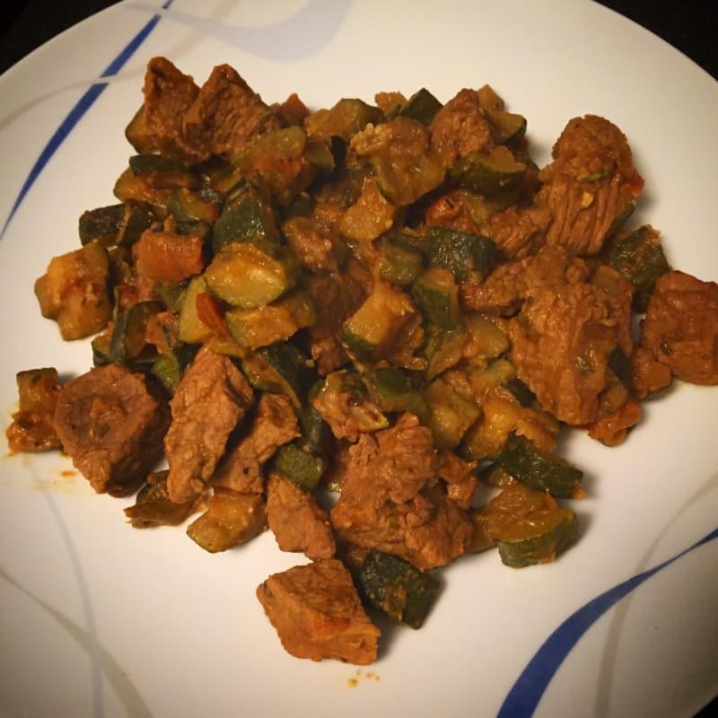 guiso sabroso con el calabacín y los tomates de Cerdeña al curry