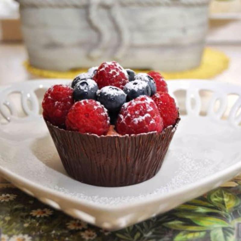 cestas de chocolate con frambuesas y arándanos
