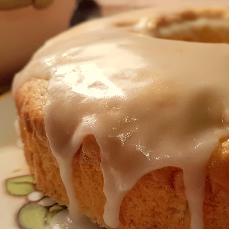 Pastel de Bundt con las manzanas y la formación de hielo del limón