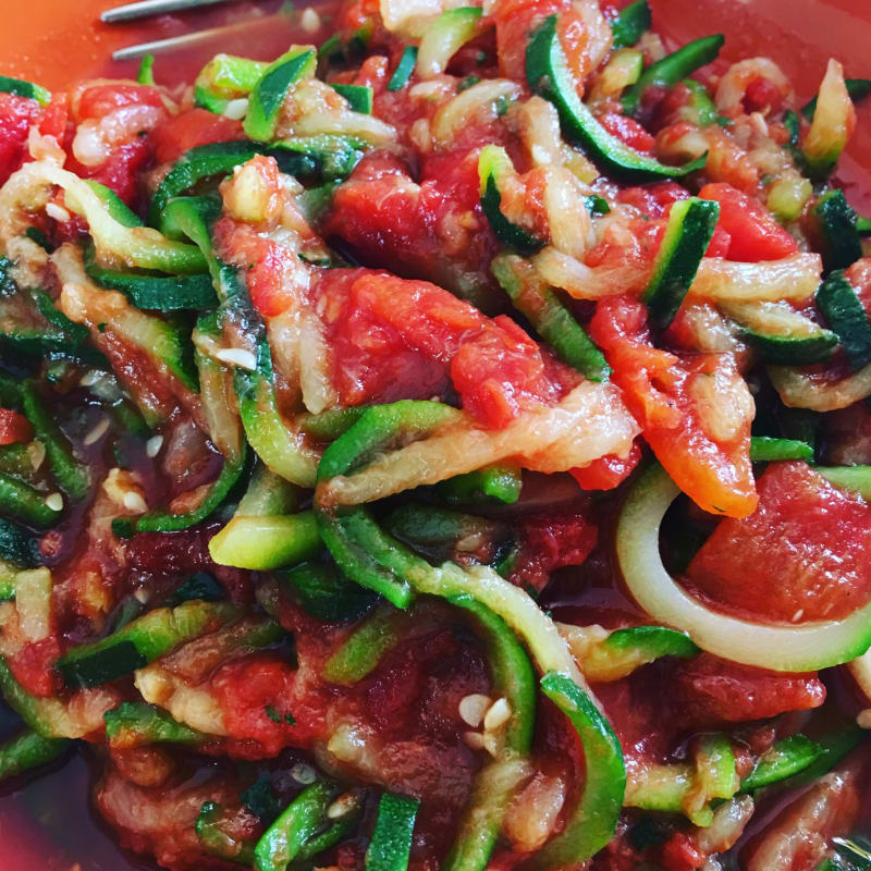 Calabacín espaguetis con salsa de tomate