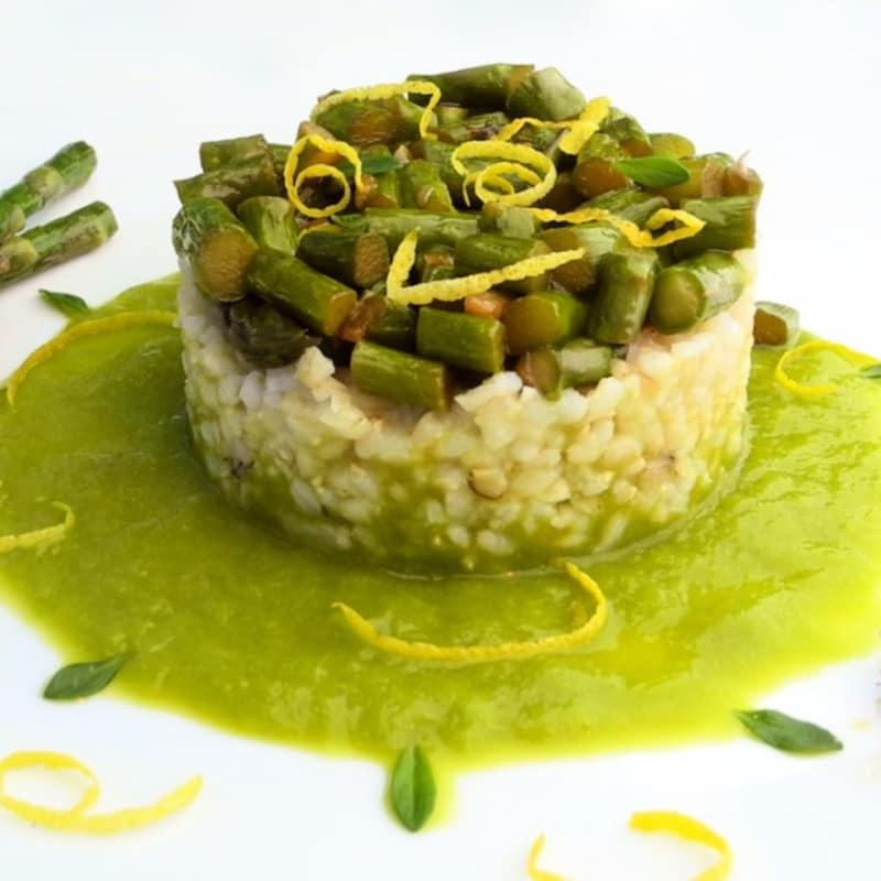 El arroz integral con espárragos, tomillo y limón